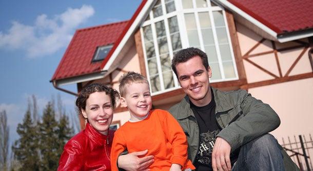 familie vor fertighaus