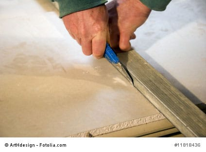 rigipsplatten werden geschnitten